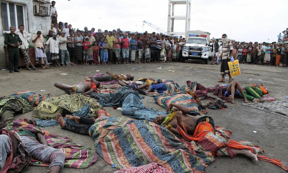 MASSAKRE: Her er likene til somalierne som var på flukt i en båt, da et helikopter angrep. Den internasjonale Røde Kors-komiteen krever nå granskning av angrepet. Krigen i Jemen er svært brutal, og alle parter har gjentatte ganger blitt anklaget for å ha begått krigsforbrytelser. Foto: Abdel-Karim Muhammed / Ap / Scanpix