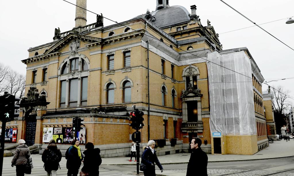 """ET HÅN: Nationaltheatrets fasade er i unntakstilstand og bygningsdeler kan falle i hodet på forbipasserende.<span style=""""background-color: inherit;"""">&nbsp;Foto: Nina Hansen / DAGBLADET</span>"""