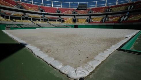 FORLATT: Tennisstadion i Rio er også forlatt. Den ble fylt med sand for å bli brukt til strandvolleyball. Foto: AFP PHOTO / Yasuyoshi Chiba / NTB Scanpix