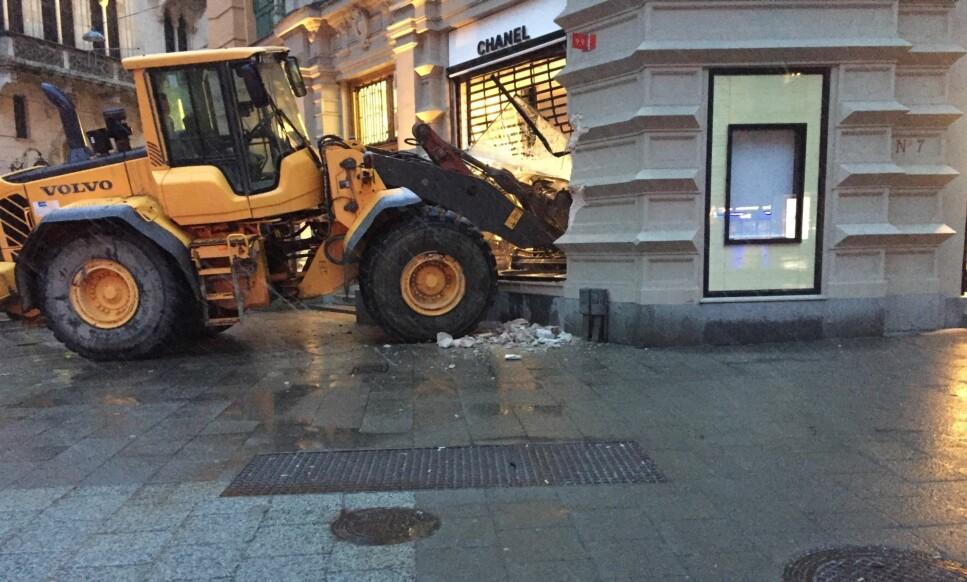 INNBRUDDSFORSØK: En håndfull gjerningspersoner skal ha forsøkt å ta seg inn i luksusbutikken på Östermalm i Stockholm, men de kom aldri lenger enn vinduet. Foto: Elin Jönsson / Expressen