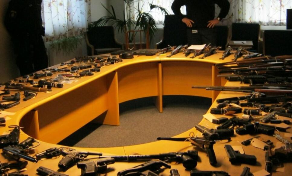 VÅPEN: Politiet i Malmö har samlet en del av våpenbeslaget fra 2016. Foto: Politiet