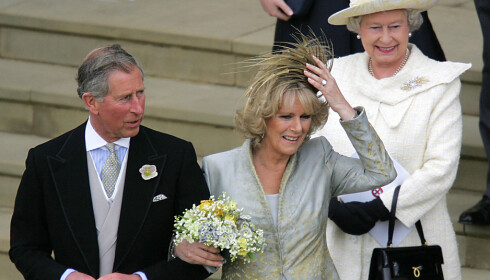 OMSTRIDT: Prins Charles og Camilla avbildet på bryllupsdagen sin, 9. april 2005, med dronning Elisabeth i bakgrunnen. Foto: Odd Andersen / AP / NTB scanpix