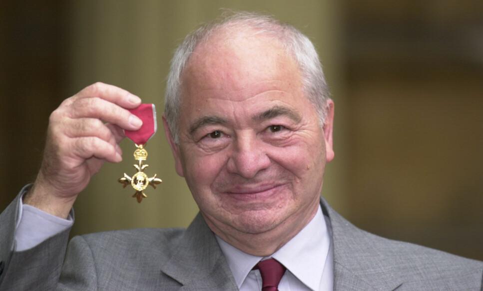 GIKK BORT: Den britiske forfatteren Colin Dexter er død, 86 år gammel. Her er han avbildet i 2000, da han mottok hedersbevisningen «Order of the British Empire». Foto: John Stillwell / PA / NTB scanpix