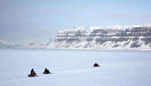 MILJØAVGIFT: Reiser du til Svalbard så må du betale 150 kroner i miljøavgift, men lokalt er det irritasjon over at mesteparten av pengene brukes andre steder. Foto: Odd Roar Lange / The Travel Inspector