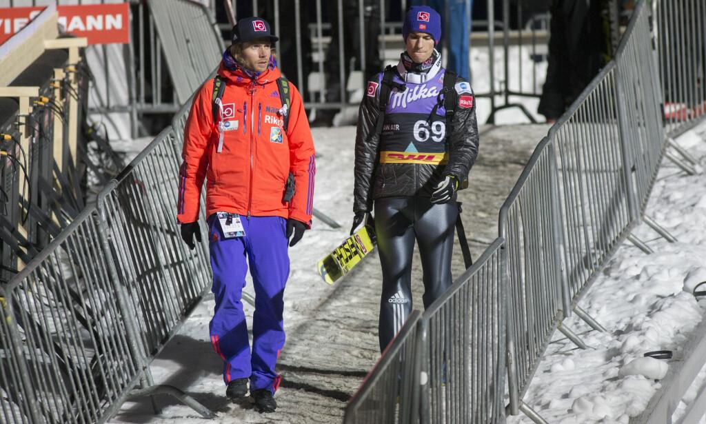 TETT PÅ: Bjørn Einar Romøren jobber tett på Daniel-André Tande og de andre norske hopperne. Foto: Geir Olsen / NTB Scanpix