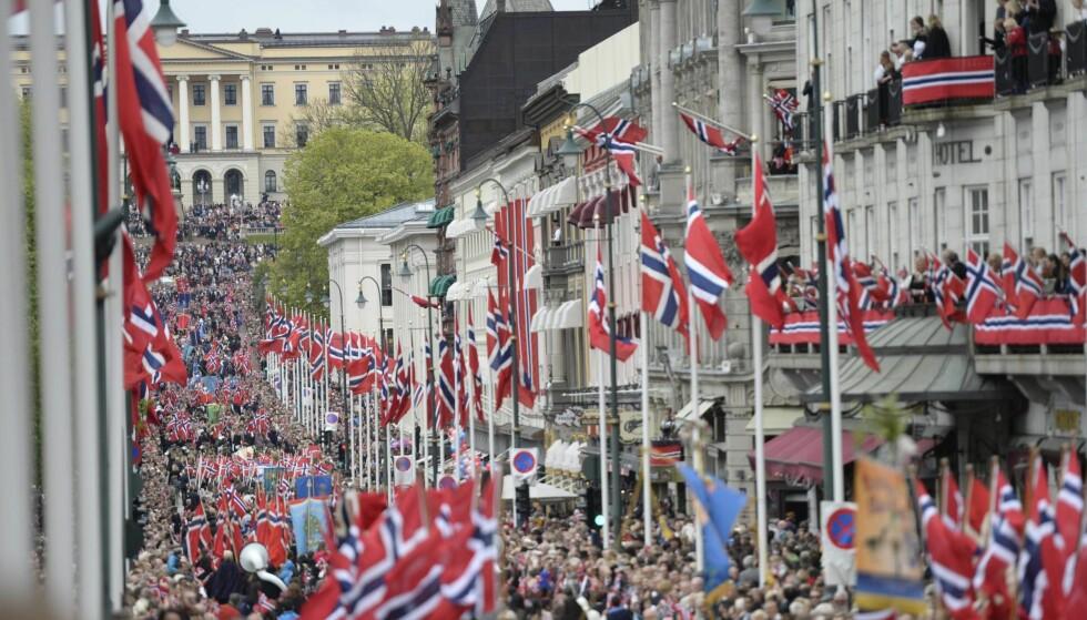 TILLIT: Tillit er samfunnets fugemasse. Her: 17. mai-feiring i Oslo sentrum. Foto: Jon Olav Nesvold / NTB scanpix
