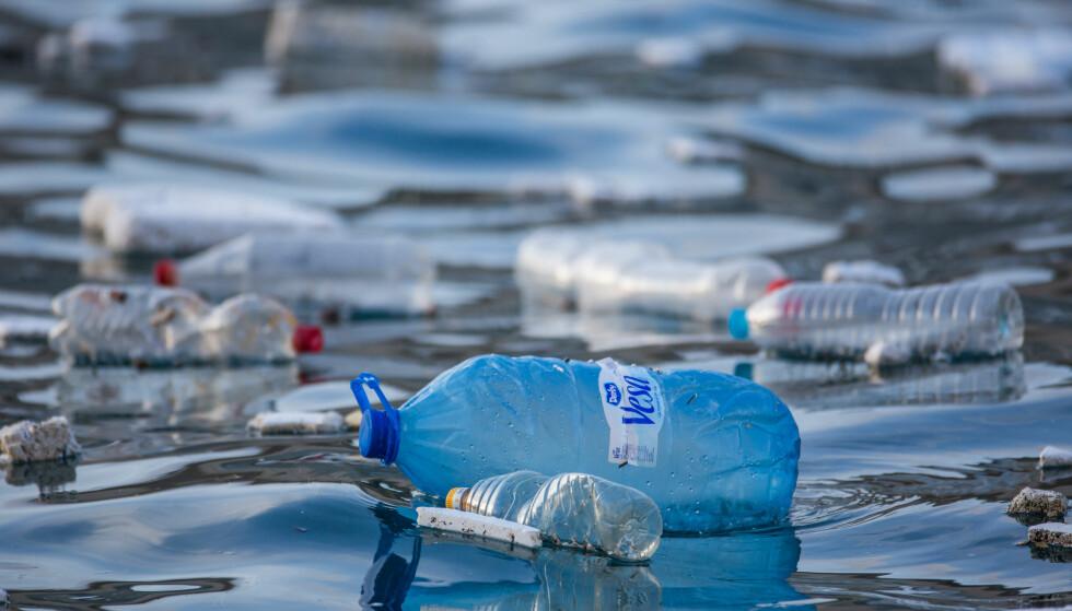 PLASTEN: Forskere har funnet et enzym som kan bidra til å løse plastproblemet.