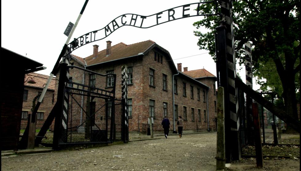 """LENKTET SEG SAMMEN: Det var her, under skiltet """"«rbeit macht frei», at de 14 nakne menneskene hadde lenket seg sammen etter å ha slaktet en sau. Foto: Tor Richardsen / NTB scanpix"""