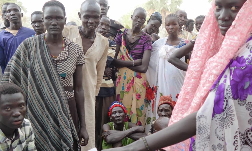 OVERLEVDE PÅ BLADER: - Hun ville ikke si så mye, bare at hun flyktet uten noen eiendeler med sine to barn og at hun så flere naboer bli drept, forteller Marit Sørheim i Caritas om Mery, (t. v. med oransje halskjede) som hun nylig traff i hungersnødrammede Sør-Sudan. Foto: Marit Sørheim