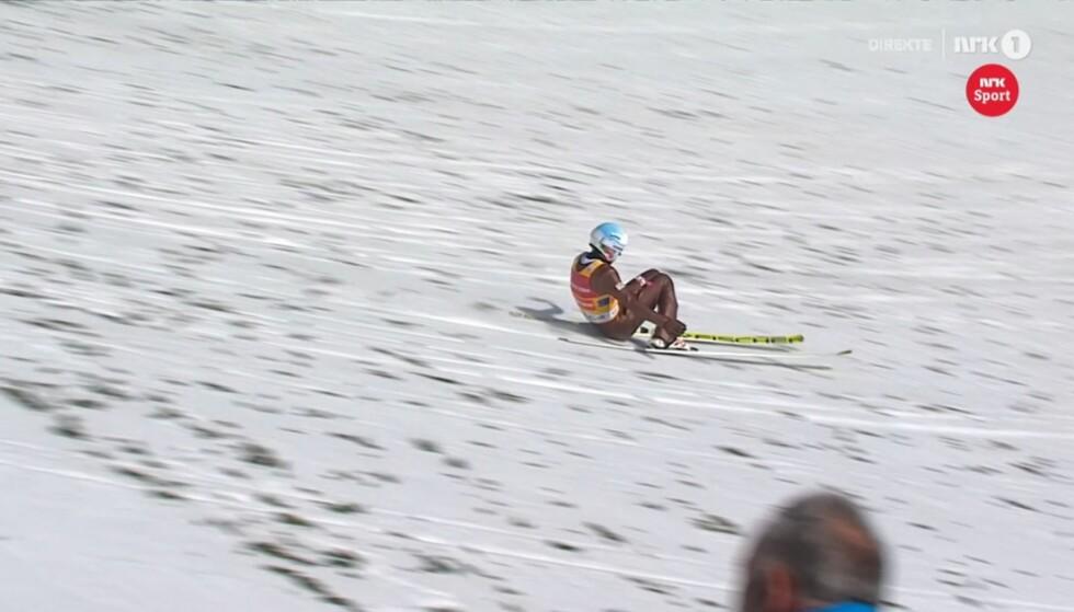 FALL?  Det sprutet snø opp da Kamil Stochs rumpe gikk i bakken. Men dommerne dømte hoppet til stående. Skjermdump: NRK