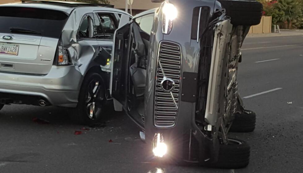 VELTET: En selvkjørende Volvo SUV, som ble testet ut av Uber, kolliderte med en bil i Arizona i USA fredag 24. mars. Foto: REUTERS