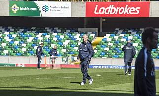 I SOLSKINN: Lars Lagerbäck og Norge hadde siste trening på Windsor Park lørdag ettermiddag. Foto: Hans Arne Vedlog  /  Dagbladet