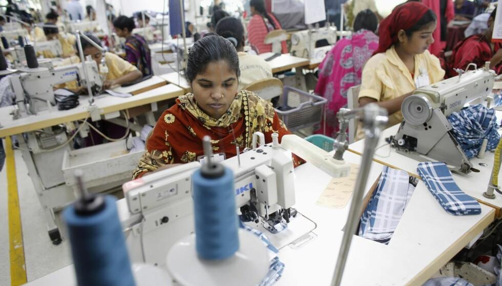 HAR JOBB: Tekstilindustrien i Bangladesh har gitt kvinner mange muligheter, skriver artikkelforfatteren. Bildet er fra en fabrikk i Dhaka. Foto: Andrew Biraj / Reuters /  NTB Scanpix
