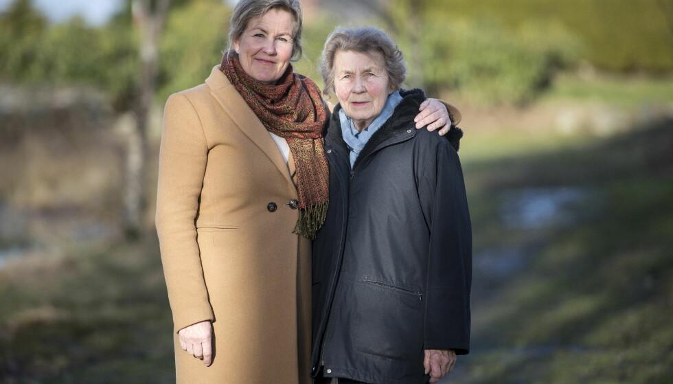 HYLLES AV FREMMEDE: Tove og Kari er stolte av det Thea fikk til. Kari forteller at folk ofte kommer bort til henne og skryter av barnebarnet. Det synes hun er fint. I tillegg klipper hun ut og sparer på alt som skrives om henne. Foto: Carina Johansen / Dagbladet