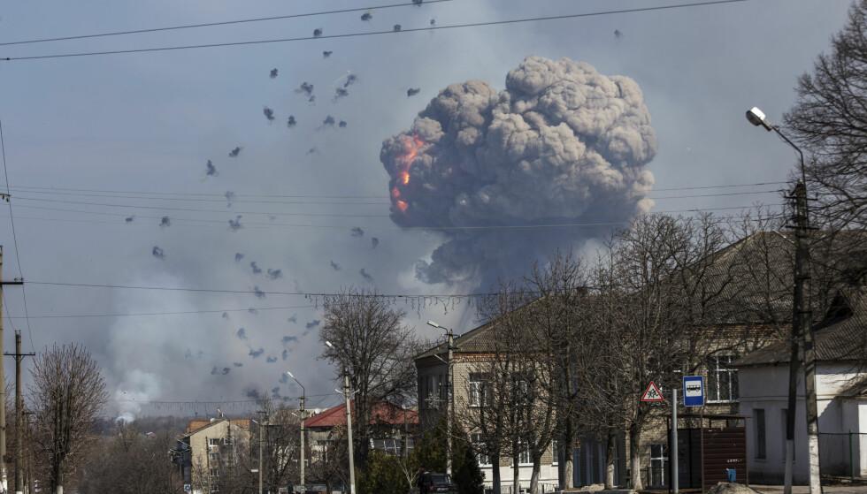 KONFLIKT: Et lager for tank-ammunisjon ved en militærbase i Balaklia gikk i lufta 23. mars i år. Ukrainske myndigheter mener Russland eller russiske separatister sto bak. Siden 2014 er mer enn 10.000 mennesker drept i konflikten i Øst-Ukraina. Foto: REUTERS/Alexander Sadovoy
