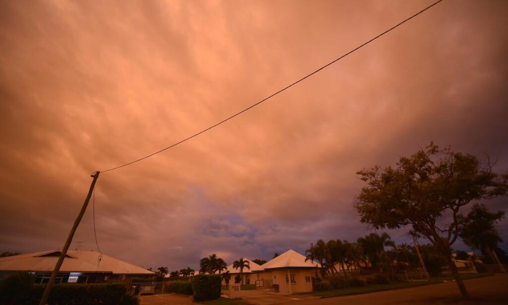 FØR SYKLONEN: Vindkastene var merkbare i folketomme gater i byen Ayr allerede ved solnedgang mandag. Foto: Peter Parks; AFP/NTB Scanpix.