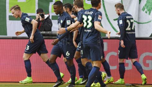 I FORM: Mario Gomez (nummer 33, med ryggen til) har blitt matchvinner i de to siste kampene, men selv med syv poeng på de tre siste kampene er Wolfsburg fortsatt ikke trygge. Foto: AP Photo/Jens Meyer)