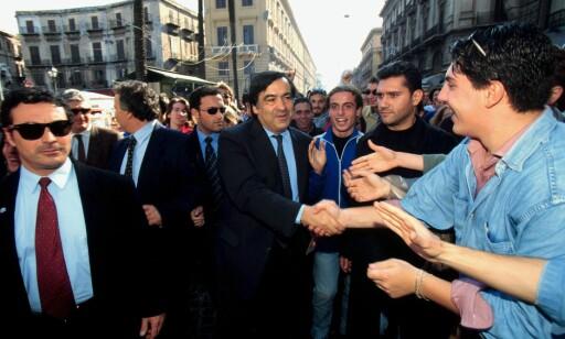 ORDFØRER OG HELT: Populære Leoluca Orlando har vært ordfører i Palermo i 17 år, og har spilt en viktig rolle i bekjempelsen av Cosa Nostra. Han har vært under politibeskyttelse helt siden begynnelsen av 90-tallet. Foto: NTB Scanpix