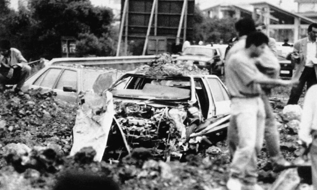 HENRETTET: Slik så det ut etter at dommeren Giovanni Falcones bil ble blåst i lufta av mafiaen på Sicilia i 1992. Også hans kone Francesca Morvillo og tre politimenn ble drept. Det ble starten på Cosa Nostras fall - og starten på Palermos oppblomstring Foto: AP / NTB Scanpix