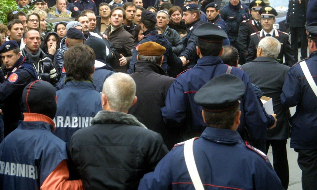 100 ARRESTASJONER: Så sent som i 2008 gikk politiet til massearrestasjoner på Sicilia. Hundre personer, mistenkt for å prøve å blåse nytt liv i Cosa Nostra, ble pågrepet. Foto: AFP / NTB Scanpix