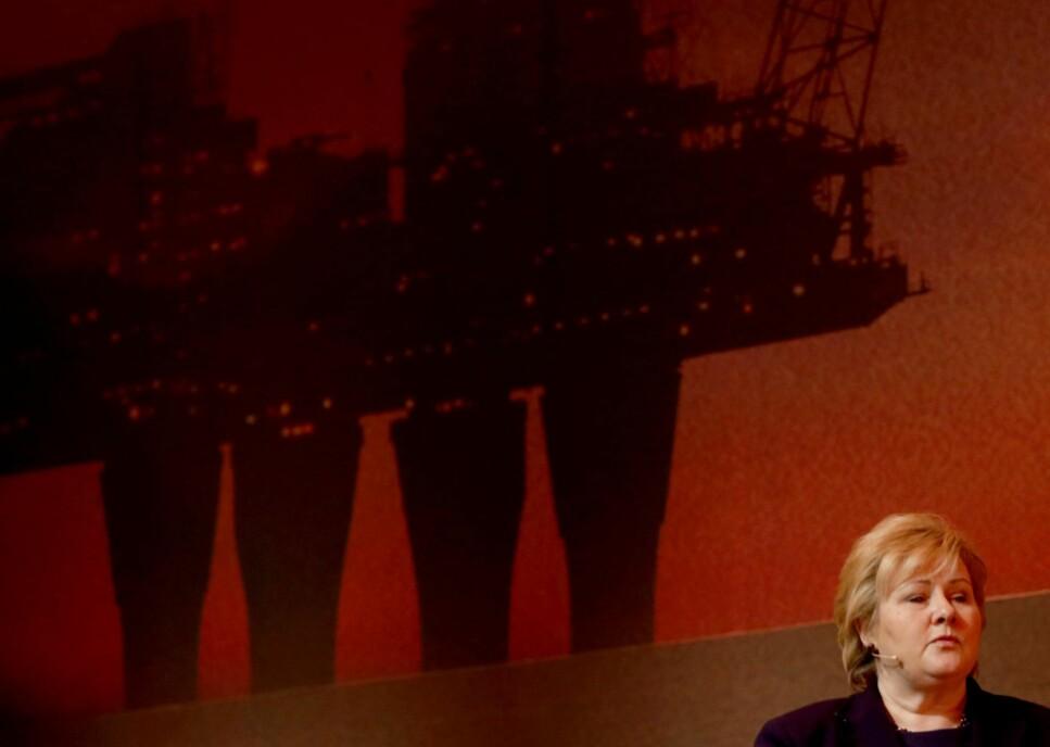 SAMMEN: Statsminister Erna Solberg og Høyre har fått med seg Arbeiderpartiet, Senterpartiet og Fremskrittspartiet på en uttalelse om at utslipp fra norsk oljeindustri fint kan øke de kommende årene. – En tragisk ansvarsfraskrivelse, mener norske utviklings- og miljøorganisasjoner. Foto: NTB Scanpix