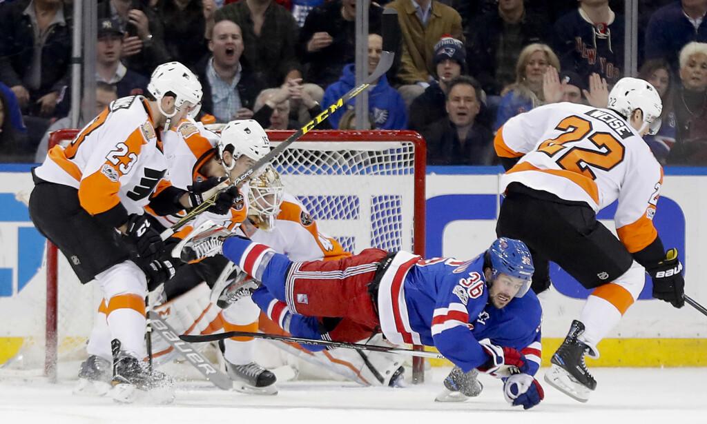 GA ALT: Mats Zuccarello gir alt foran Flyers-målet. Det ble ingen mål denne gangen, men nordmannen står igjen med tre assists etter søndagens møte. Foto: Julie Jacobson / AP / NTB scanpix