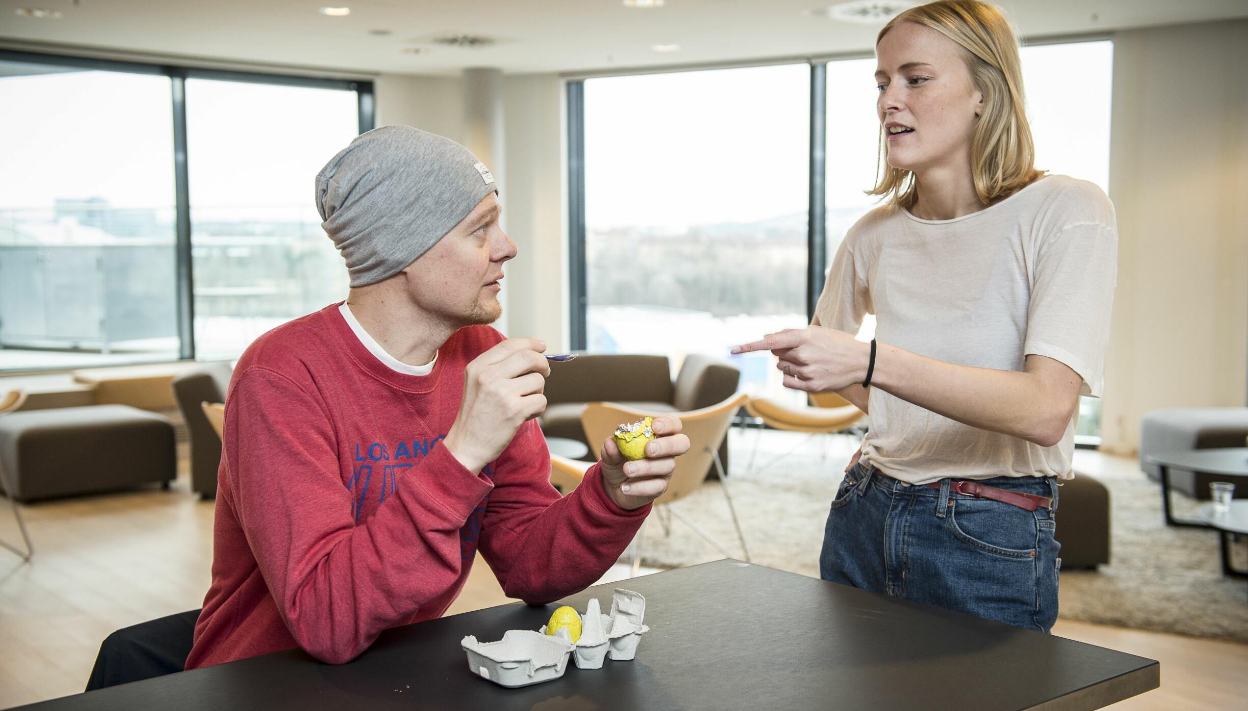 Anders Kranmo Smedstad og  Elise Grongstad Lindsetmo var klar i sin dom: Freias påskeegg - med palmeolje smaker best. Foto: Lars Eivind Bones