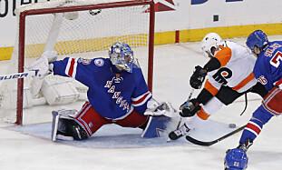 SKUFFA: New York Rangers-målvakt Henrik Lundqvist er ikke fornøyd med NHLs beslutning. Her fra en kamp mot Philadelphia Flyers i helga. Foto: AP Photo / Julie Jacobson / NTB Scanpix