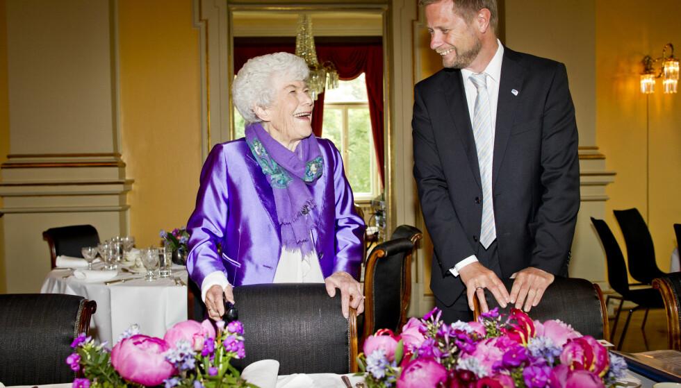 GLADE DAGER: I juni 2014 feiret Ingrid Espelid Hovig 90-årsdagen med helse- og omsorgsminister Bent Høie i regjeringens representasjonsbolig. Foto: Vegard Grøtt /NTB Scanpix