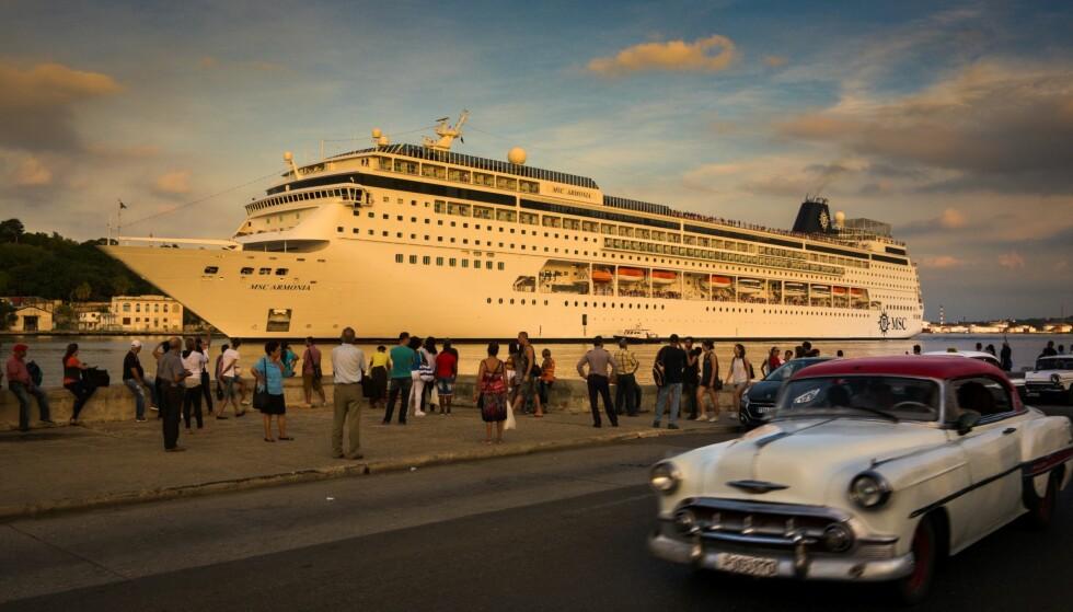 ØKT TURISME: Stadig flere turister kommer til Cuba. Det skaper et økende skille mellom dem som jobber i turistindustrien, og resten av folket. Foto: Adalberto Roque / AFP / NTB Scanpix