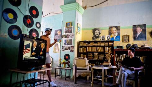 HVA NÅ? En mann følger med på Donald Trumps innsettelse på TV i Havanna. Hvordan den nye presidenten vil påvirke forholdet mellom Cuba og USA, er foreløpig uklart. Foto: Ramon Espinosa / AP / NTB Scanpix