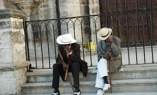 SIGAR: Sigarer er et av Cubas kjennetegn, på lik linje med veteranbiler og rom. To eldre herrer i gamle Havanna poserer med på bilder mot betaling. Foto: Heidi Røsok-Dahl