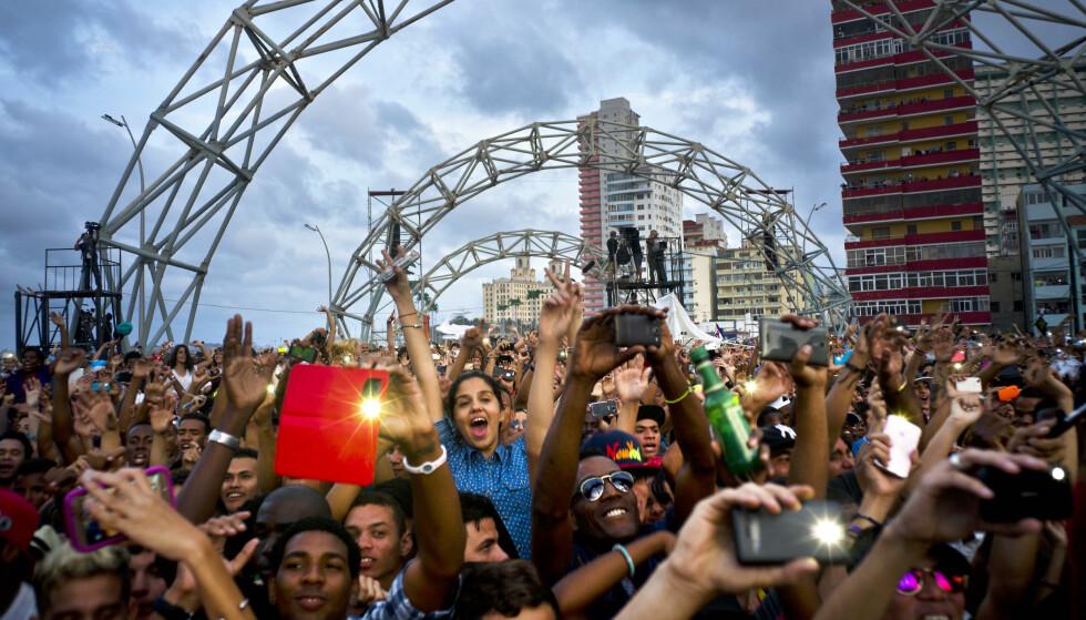 DET NYE CUBA: Mye har endret seg på Cuba de siste 5-10 årene. Ungdommer i Havanna går på konsert med mobiltelefon, som før var forbudt. Elektronikabandet Major Lazer fra USA spilte gratiskonsert i Havanna. Foto: Ramon Espinosa / AP / NTB Scanpix