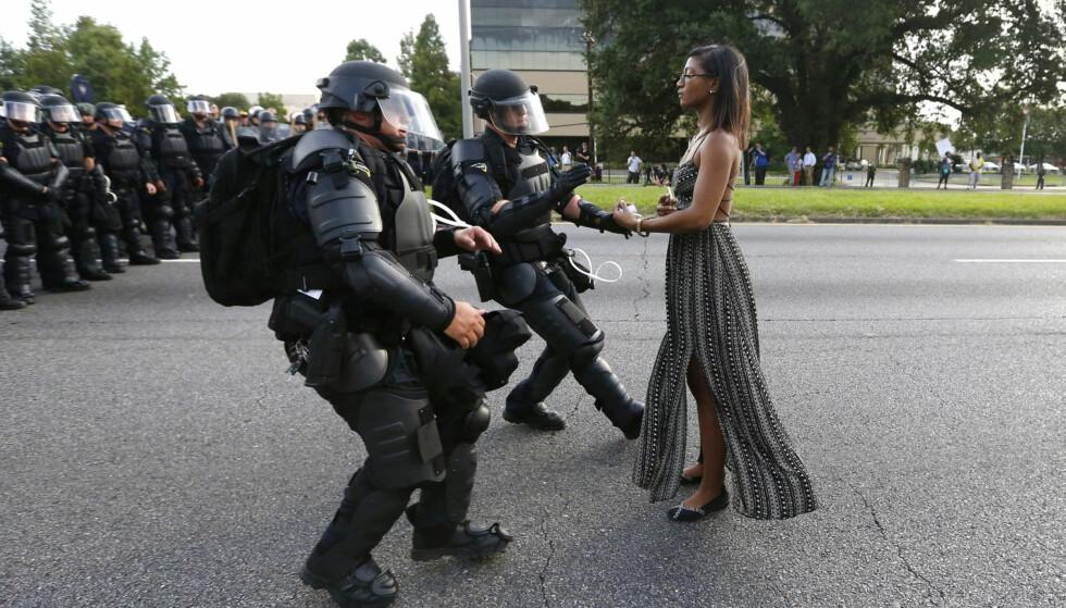 SAMMENLIKNES: Dette bildet av den ensomme aktivisten Ieshia Evans, vant flere prestisjefylte priser i fjor. Evans ble pågrepet da hun gikk fram til politiet under demonstrasjoner i Baton Rouge i Louisiana. Bildet av Jenner sammenliknes med dette, men ikke på en positiv måte. Foto: REUTERS/Jonathan Bachman/NTB scanpix