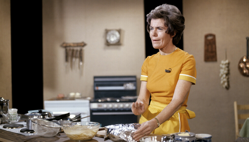 FOLKEKJÆR: Hele Norge satt benket foran TV'n når Ingrid Espelid Hovig laget mat i fjernsynskjøkkenet i NRK. Her er hun i sving høsten 1974. Foto: Jan Dahl / NTB scanpix