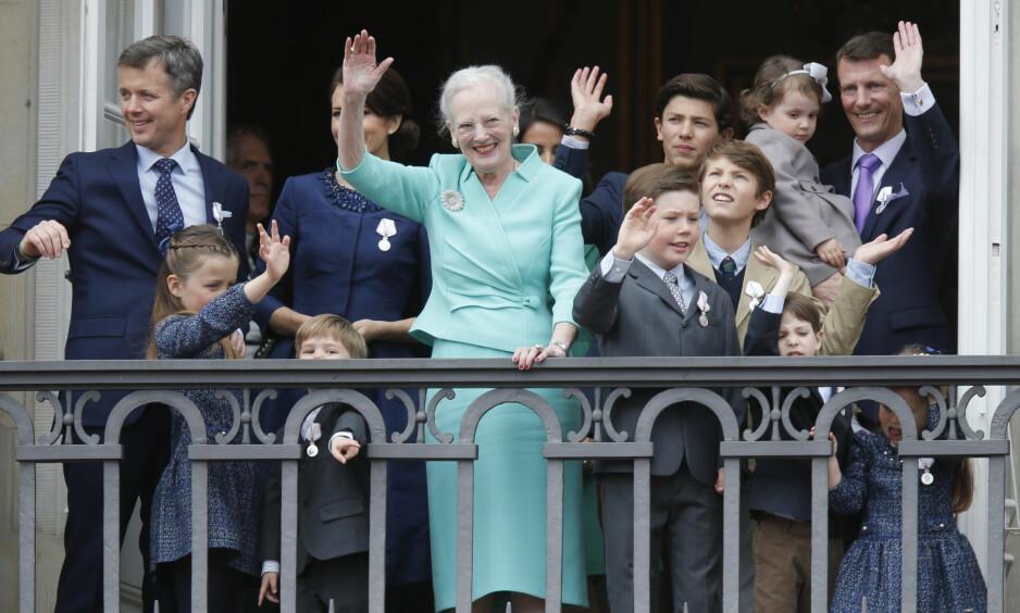 SNAKKER UT: Prins Joachim (ytterst t.h) har flere ganger skapt overskrifter i Danmark, noe som har ført til svekket popularitet i nabolandet vårt. Nå forteller 48-åringen at han føler seg misforstått. Her avbildet med sine barn, dronning Margrethe og kronprins Frederik (ytterst t.v). Foto: NTB scanpix