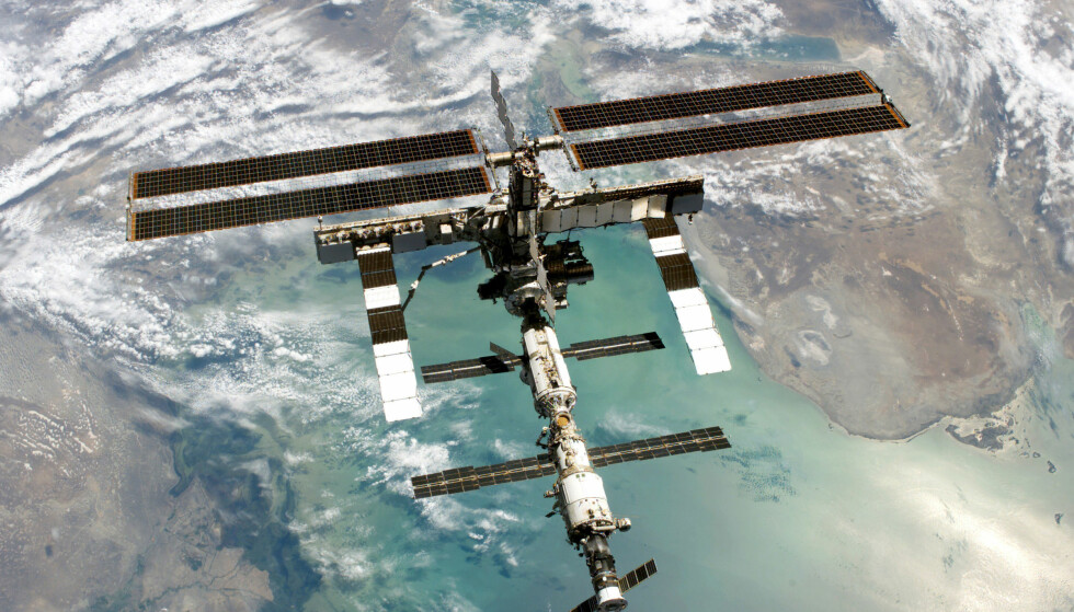 ROMSTASJONEN: 28. juni 2011 måtte de seks ansatte ved Den internasjonale romstasjonen sette ut to romferjer og gjøre seg klare til å flykte da det ble klart at romsøppel var på vei i romstasjonens retning i stor hastighet. Romsøppelet passerte romstasjonen med en avstand på 250 meter, uten å gjøre skade. Foto: AFP PHOTO/NASA