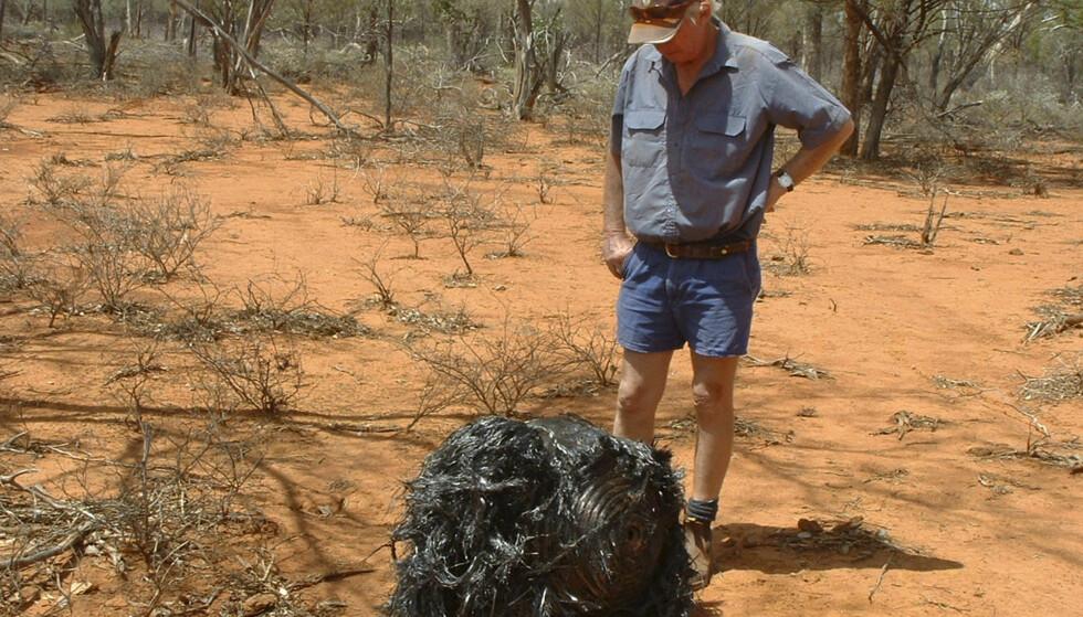 ROMSØPPEL: Den australske bonden James Stirton opplevde at denne forvrengte metallklumpen falt ned over gården hans i Queensland i 2008. Foto: REUTERS/James Stirton/Handout