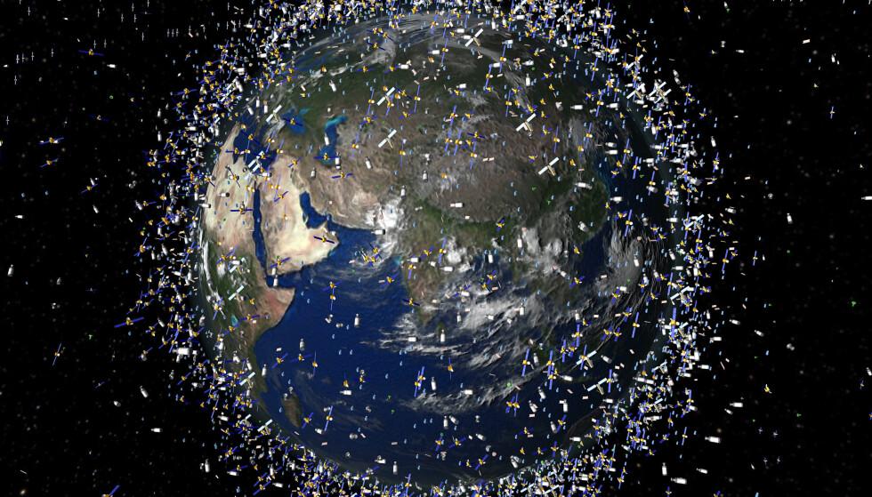 TRANGE BANER: Denne animerte framstillingen av romobjekter i bane rundt jorda ble laget av European Space Agency (ESA) i 2009. 12. februar det året krasjet en privat amerikansk Iridium 33-satelitt med en russisk Kosmos 2251 militærsatelitt. Foto: AFP PHOTO / ESA