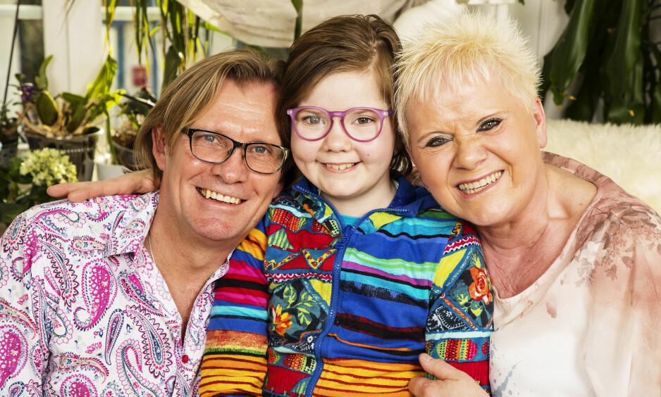 SAMHOLD: Familien har vært gjennom tøffe år, men kan endelig smile. Fra venstre: Pappa André, Angelica og mamma Ida. Foto: Tor Lindseth og privat