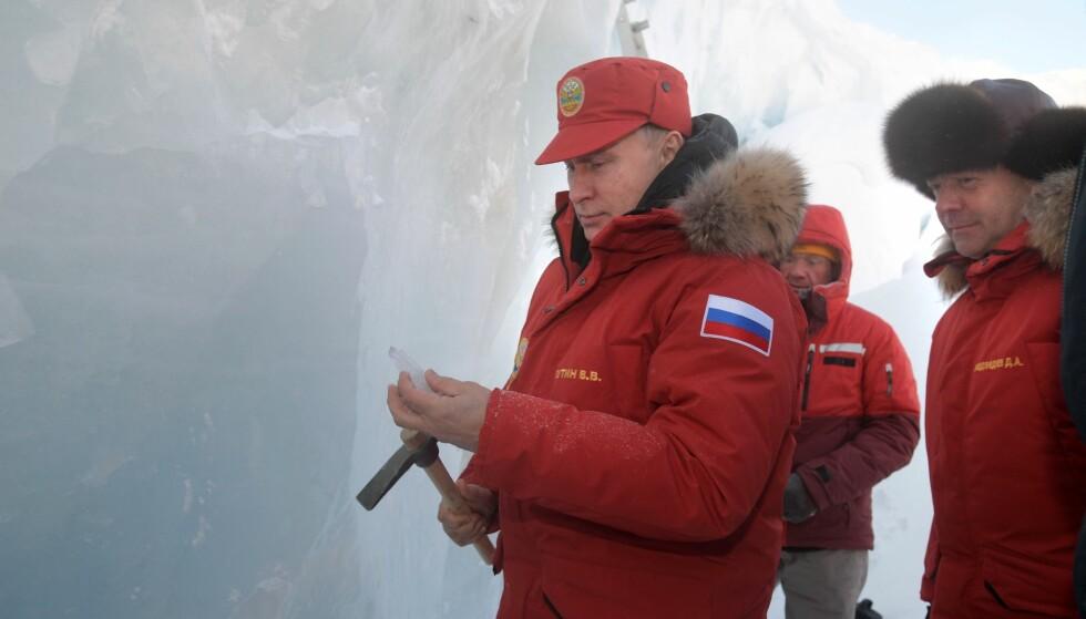 ISKALD KRIG?: Vladimir Putin på Franz Josefs land, der russerne har bygget en stor militærbase. Foto: AP / NTB