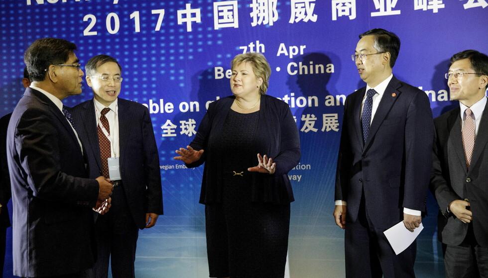 PÅ PLASS I KINA: Statsminister Erna Solberg sammen med CEC , som er det kinesiske svaret på NHO. Det er første gang en norsk statsminister besøker Kina på ti år. Foto: NIna Hansen