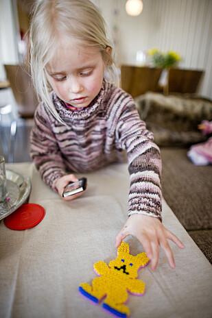 POPULÆR OG MYSTISK: Ikke rart påskeharen er populær blant barn, så mye godt som han bringer med seg. Foto: Scanpix