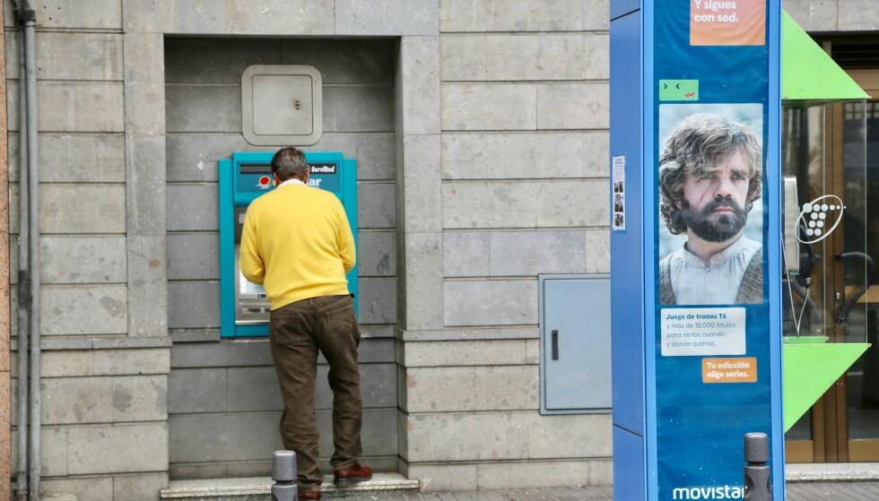 TA UT PENGER? Dersom du tar ut penger i utlandet så får du ofte en bedre valutakurs enn i Norge, men gebyrene i utenlandske minibanker spiser opp fortjenesten. Foto: Odd Roar Lange/ The Travel Inspector