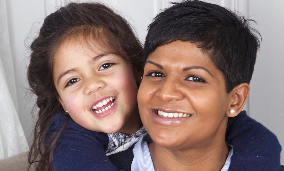 MAMMA ER FRISK: Mathilde var bare ett år gammel da mamma Annika Teigstad ble rammet av Guillain-Barré syndrom. Nå kan hun ta seg av datteren igjen. Foto: Svend Aage Madsen og privat
