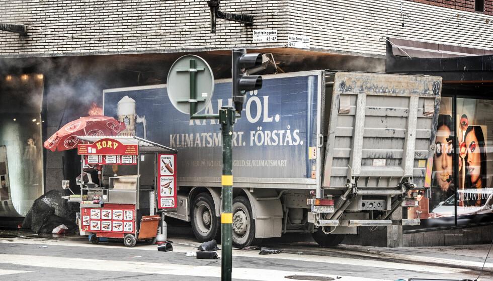 ØKENDE TREND: I løpet av det siste året har man sett flere eksempler på at terrorister har kjørt et stort kjøretøy inn i en folkemengde. Siste hendelse var her i Stockholm på fredag. Foto: Tomas Oneborg/SvD/TT / NTB scanpix