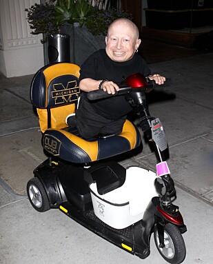 <strong>TAR SEG FREM:</strong> Verne Troyer er ofte sett med sitt moteriserte kjøreøty. Her avbildet på vei ut aven restaurant i Los Angeles i fjor. Foto: NTB Scanpix