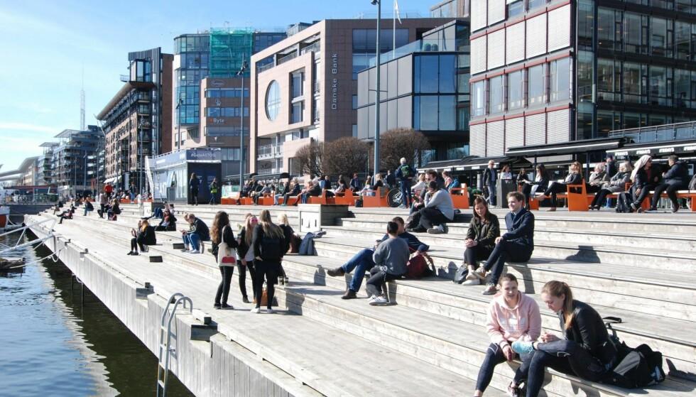 AKER BRYGGE: Is på brygga, pils på lekteren eller bare gratis sol – Aker Brygge er bankers når vårstrålene tiner opp byens borgere. Foto: MIKAEL GODØ