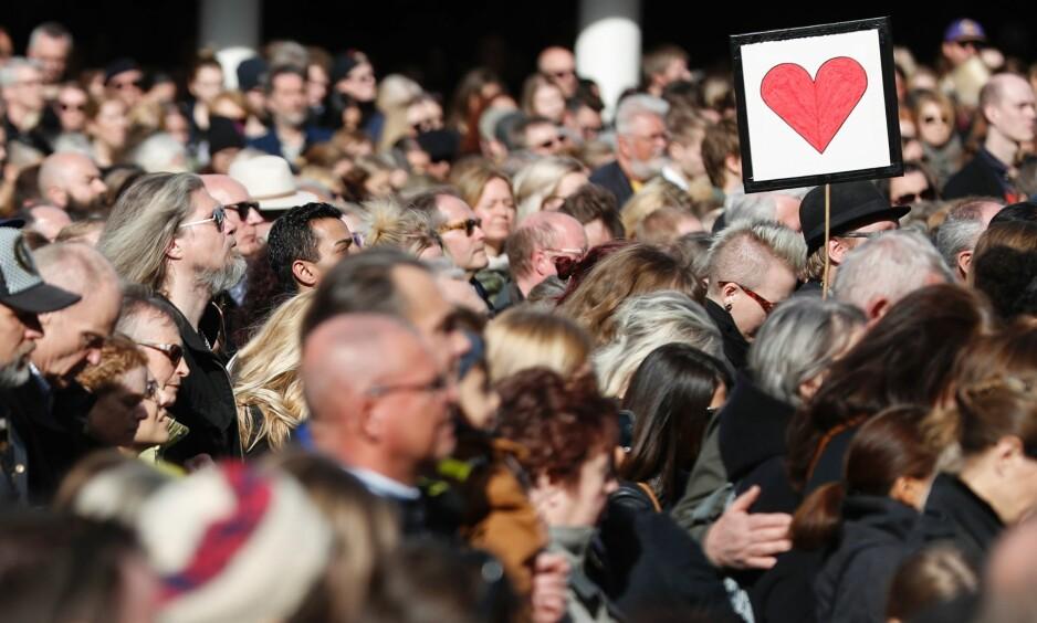 MINNESTUND: Folk samlet til en minnestund på Sergels Torg i Stockholm søndag. Foto: Odd Andersen/ AFP /TNB Scanpix