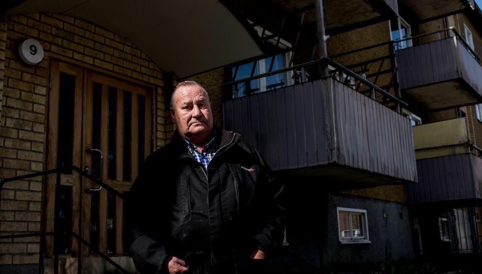 - MERKELIG: Ola Neslund bor i samme trappeoppgang som den aktuelle leiligheten. Han forteller til Dagbladet at det er en «merkelig følelse» at den terrormistenkte personen også skal ha oppholdt seg der. Foto: Jesper Nordahl Finsveen / Dagbladet